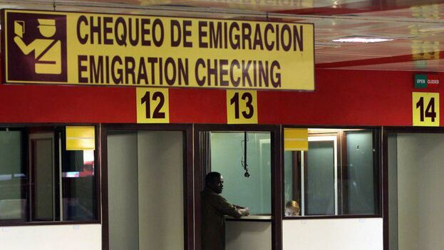"""Desde 2018 se ha vuelto más común la estrategia de informarles a los activistas sobre su estatus de """"regulados"""" en el momento de pasar por la ventanilla de Inmigración. (EFE)"""