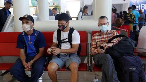 Los cubanos que viven en Cuba tienen prohibido viajar al exterior salvo por razones humanitarias. (EFE)