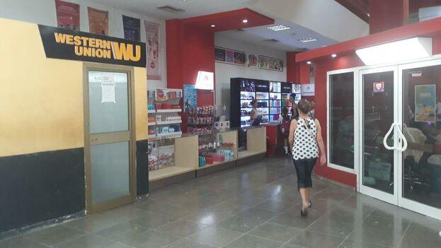 La falta de efectivo, el cierre de numerosas oficinas y la inestabilidad en el horario de funcionamiento de otras llevan meses lastrando los servicios de la WU. (14ymedio)