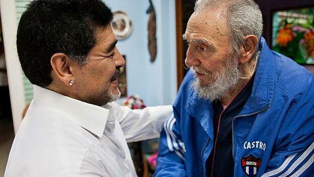 Foto divulgada por el portal Cubadebate el 15 de abril del 2013 donde el gobernante cubano Fidel Castro saluda al ex futbolista argentino Diego Maradona en La Habana. (EFE)