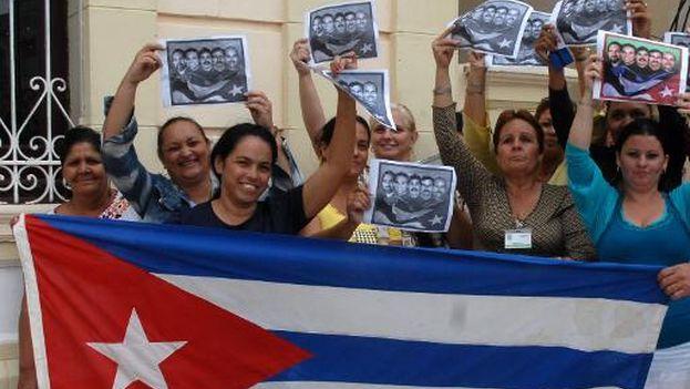 Cubanos festejan con una bandera nacional en Camagüey el acuerdo el pasado 17 de diciembre. (Roberto Morejón/AFP)