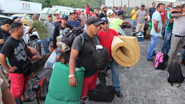 Cubanos en paso Canoas, Panamá. (EFE)