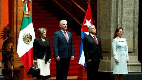 El mandatario cubano y su esposa, Cuesta Peraza, llegaron a las puertas del Palacio Nacional, en Ciudad de México. (@lopezobrador_)