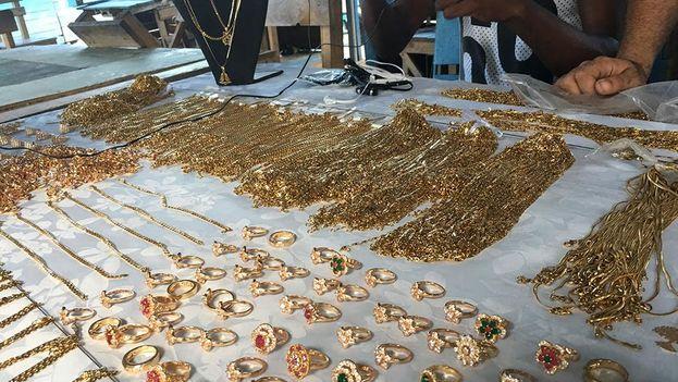 En La Cuevita predomina el rutilante dorado de las cadenas. (14ymedio)