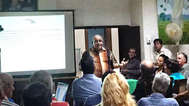 Dagoberto Valdés da una charla en una iglesia en Cuba, en enero de 2015. (El Nuevo Herald)