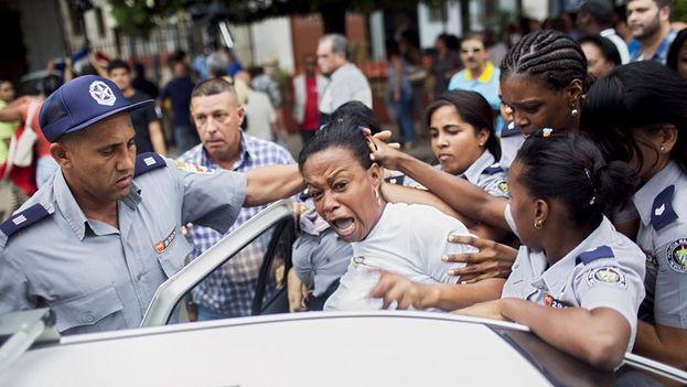 Una Dama de Blanco es detenida en La Habana. (Archivo EFE)