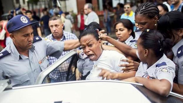 Una integrante del movimiento opositor Damas de Blanco es arrestada durante una demostración por el día internacional de los Derechos Humanos en diciembre de 2015. (EFE)