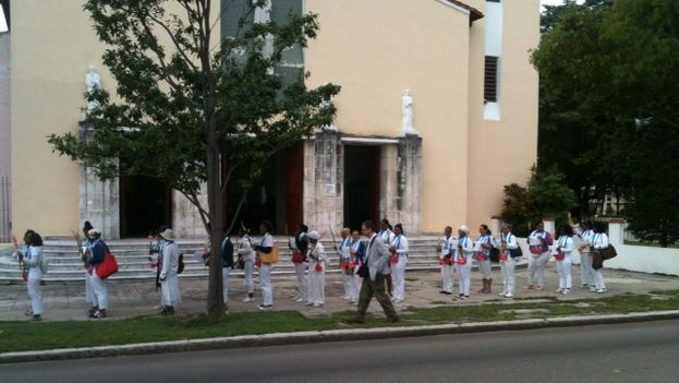 Damas de Blanco a las afueras de la parroquia de Santa Rita en La Habana. (Ángel Moya)