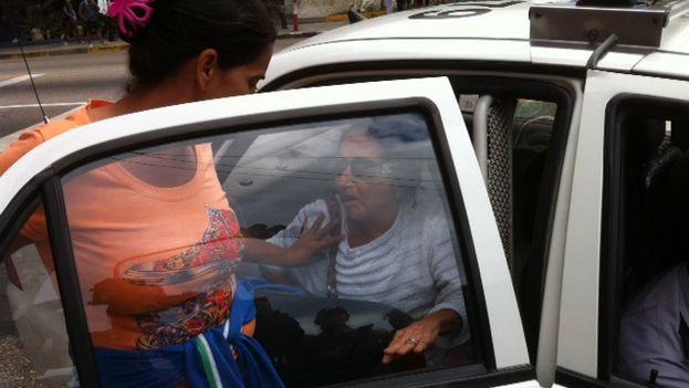 Damas de Blanco introducidas en carros policiales. (14ymedio)