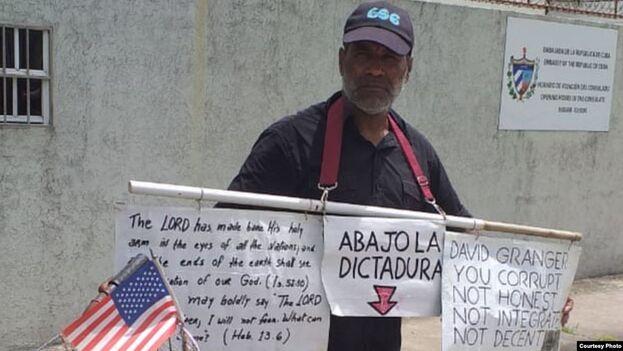 El activista Daniel Llorente, 'el hombre de la bandera', frente a la Embajada de Cuba en Georgetown, Guyana. (Cortesía)