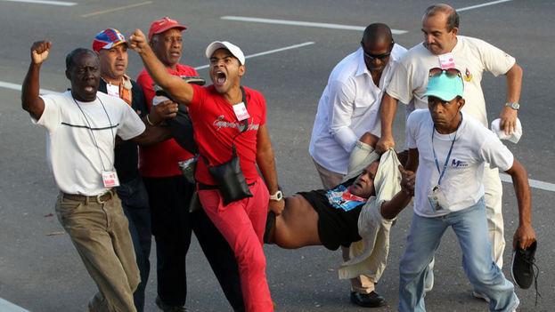 El opositor cubano, Daniel Llorente burló el cordón de seguridad y desplegó una bandera de Estados Unidos frente a la tribuna. (EFE)