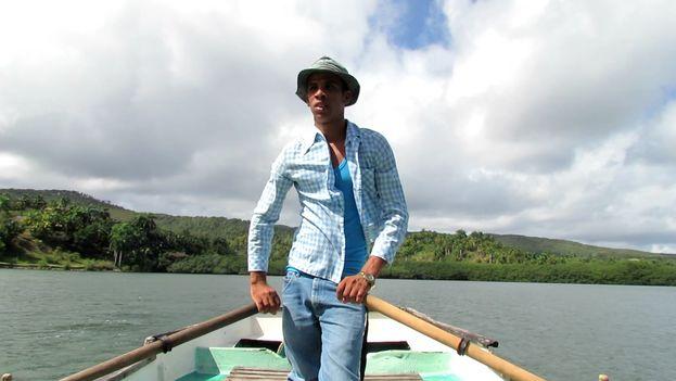 Dayan Olivera Olivera ofrece con su pequeña embarcación un recorrido náutico a los turistas por la hermosa bahía de bolsa. (14ymedio)