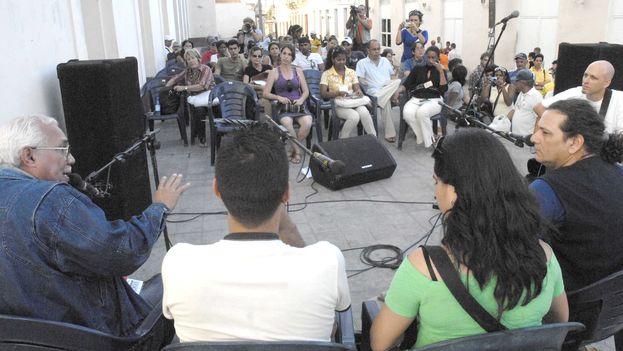 Debate sobre literatura en una calle de Santa Clara, con Arístides Vega Chapú, cuarto a partir de la izquierda. (Verbiclara)