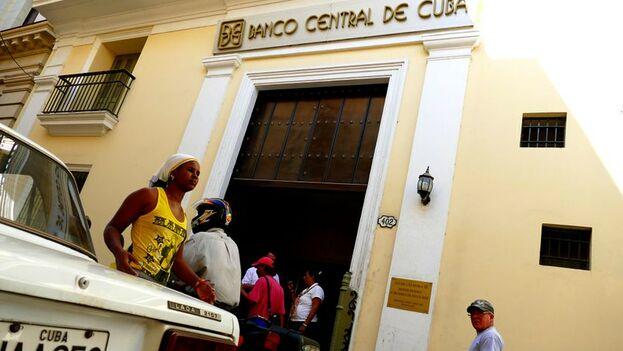 Debido a que el dólar no es emitido por el Banco Central de Cuba su existencia física en las sucursales puede variar, advierten las autoridades. (Flickr/Maxence)