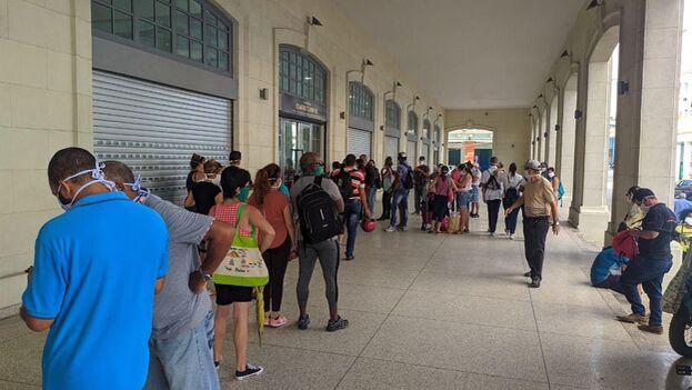 Decenas de personas esperaban este lunes en la Plaza de Cuatro Caminos para reclamar los productos que hace semanas compraron a través de la plataforma TuEnvío. (14ymedio)