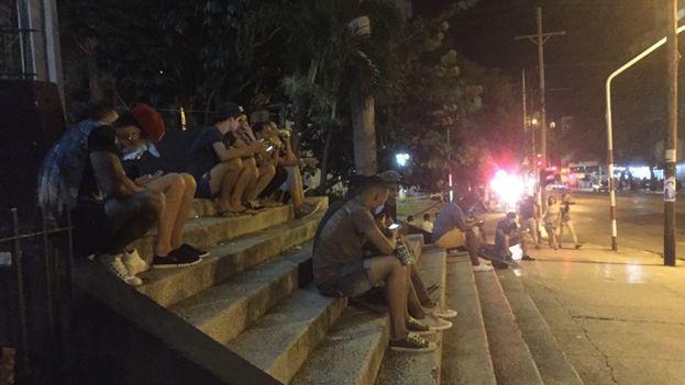 Decenas de cubanos se acercan a La Rampa a intentar captar la señal de wifi recientemente instalada. (Eliécer Ávila/14ymedio)