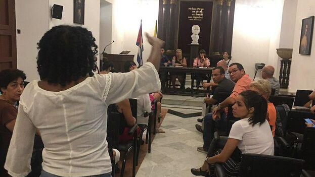 Decenas de activistas a favor de los derechos de los animales se congregaron en el antiguo Seminario San Carlos para debatir sobre el maltrato animal en Cuba. (14ymedio)