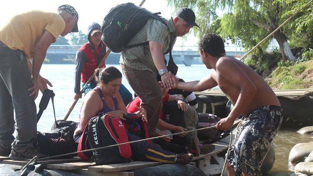 Decenas de migrantes cubanos cruzan este viernes el río Suchiate, en la frontera de México con Guatemala. (EFE/Benjamín Alfaro)