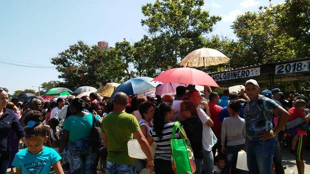 Decenas de personas hacen fila en Holguín para comprar golosinas subsidiadas por el Estado. (14ymedio)