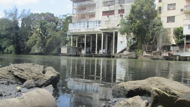 Las autoridades animan a que se eliminen los desagües que van hacia el río, pero los vecinos se quejan de que no hay un buen alcantarillado. (14ymedio)