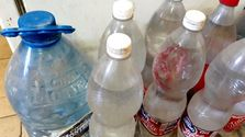 Desagües que se atascan, peces que comen plástico y ríos sucios son algunos de los problemas que generan en el país las botellas hechas con polietileno tereftalato. (14ymedio)