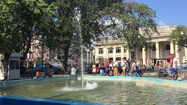 Después de décadas sin funcionar ha sido reparada la fuente de las calle Xifré y la avenida Carlos III, en pleno corazón de Centro Habana. (14ymedio)