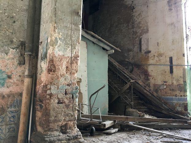 Después de un intenso aguacero el pasado fin de semana se derrumbó una parte del techo del inmueble en el número 662 de la calle Cuba. (14ymedio)