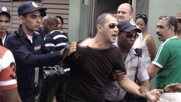 Detención de Leandro Pérez, periodista oficial. (Indomar Gómez/14ymedio)