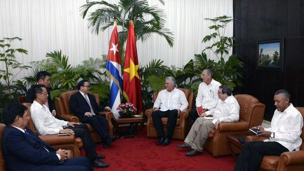Miguel Díaz-Canel con Hoang Trung Hai, miembro del Buró Político del Partido Comunista de Vietnam y secretario del Partido en Hanoi. (PresidenciaCuba)