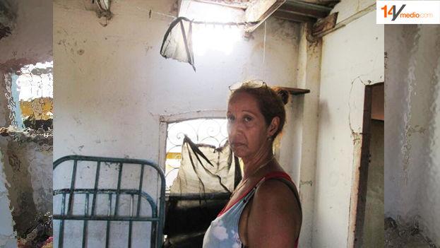 Dionisia Rodríguez Cedeño muestra el deterioro de su vivienda agravado con las fuertes lluvias de los últimos días. (14ymedio)