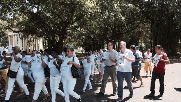 Diputado chileno Felipe Kast marcha con las Damas de Blanco en La Habana.