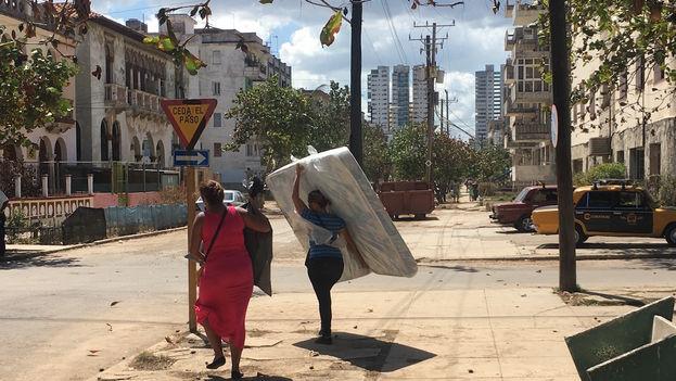 Distribución de colchones y productos del hogar en La Habana a los damnificados del huracán Irma. (14ymedio)