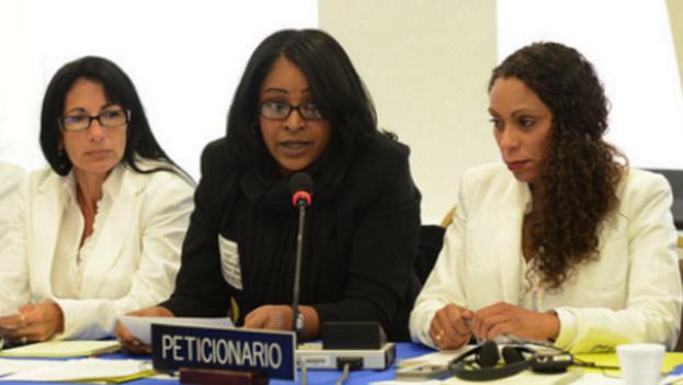 Laritza Diversent (al centro) ante la Comisión Interamericana de Derechos Humanos (Flickr)
