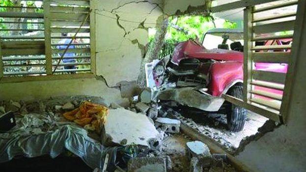 El vehículo, marca Dogde, perdió la dirección y se proyectó contra una vivienda a la que ocasionó daños de consideración. ( Luis Francisco Jacomino Suárez)