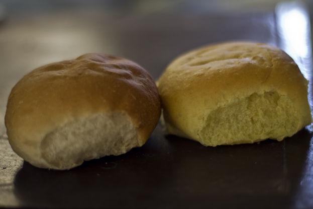 Duro, chicloso y sin los 80 gramos de peso requerido, son las características que más se escuchan al describir el pan de la libreta. (14ymedio)