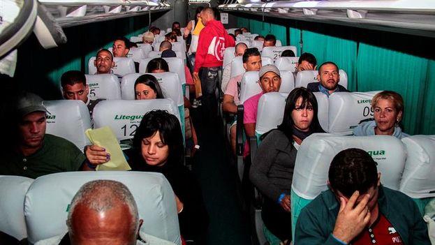 Cubanos en tránsito hacia EE UU en el interior de un autobús entre El Salvador y Guatemala. (EFE/Cortesía Ministerio de Relaciones Exteriores/Mario Pascacio)