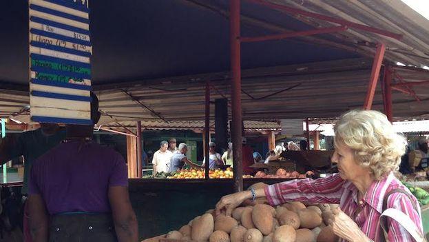 Los nuevos precios en el mercado del Ejército Juvenil del Trabajo en la calle Tulipán, La Habana. (14ymedio)