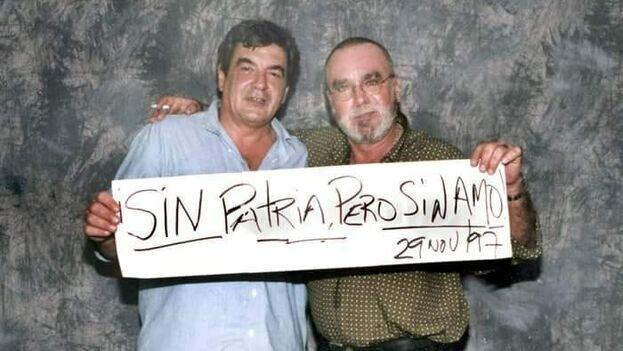 Eliseo Alberto 'Lichi' Diego junto a Iván Cañas en una imagen de 1997. (Facebook)