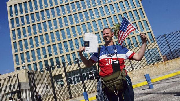 Un hombre posa con sus documentos migratorios frente a la Embajada de los Estados Unidos en La Habana, Cuba. (EFE)