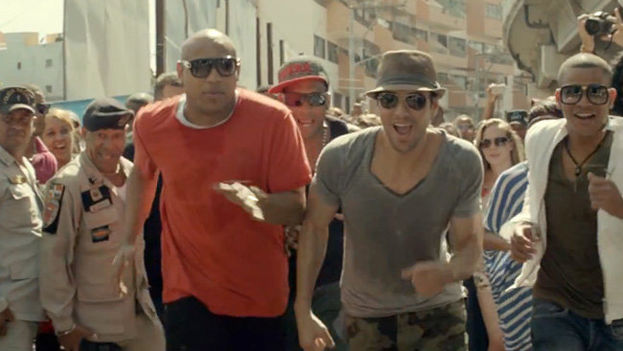 """Enrique Iglesias en una imagen de archivo junto al grupo cubano """"Gente de Zona"""". (Redes)"""