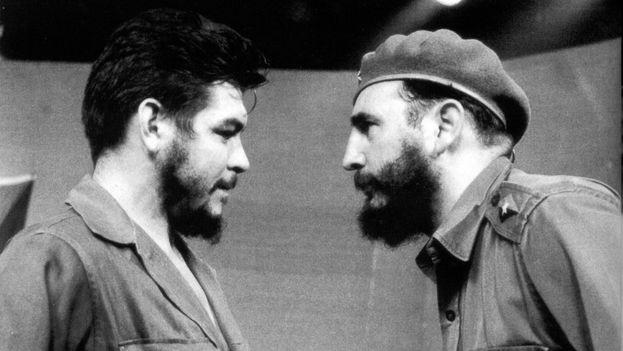 Ernesto 'Che' Guevara y Fidel Castro. (Archivo)