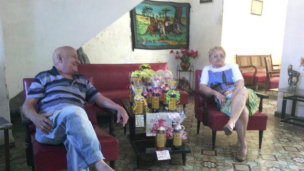 Ernesto Reinoso y su esposa mostrando la selección de vinos para el 14 de febrero. (14ymedio)