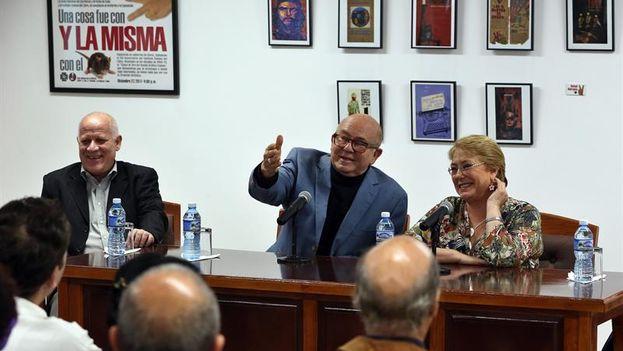 La presidenta de Chile, Michelle Bachelet, asistió a un encuentro con intelectuales cubanos en la Unión Nacional de Escritores y Artistas de Cuba (UNEAC) acompañada de su presidente, Miguel Barnet. (Alejandro Ernesto/EFE)