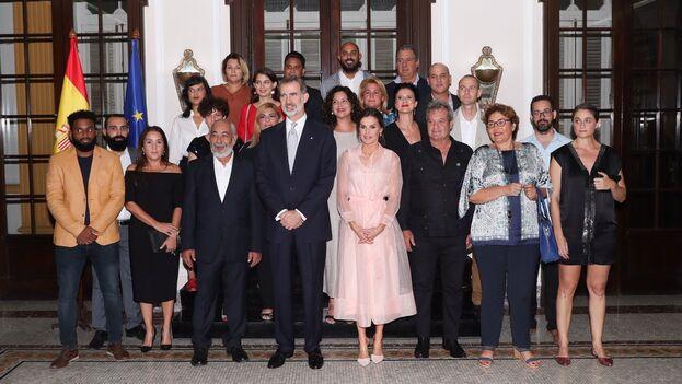Los reyes de España se reunieron con cuentapropistas, periodistas e intelectuales este miércoles en la embajada de La Habana. (Casa Real)