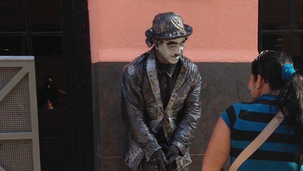 Estatua viviente en una calle habanera. (Luz Escobar/14ymedio)