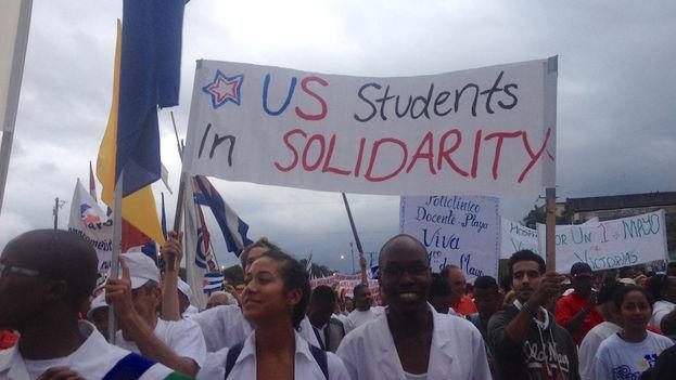 Estudiantes estadounidenses en la marcha del Primero de mayo en La Habana. (Luz Escobar/14ymedio)