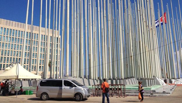 Exterior de la embajada de Estados Unidos el jueves 13 de agosto con los preparativos para la ceremonia de izado de bandera. (Luz Escobar)