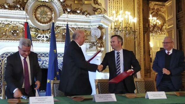 Los acuerdos los suscribieron el secretario de Estado francés de Asuntos Exteriores, Jean-Baptiste Lemoyne, y el ministro cubano de Comercio Exterior y la Inversión Extranjera, Rodrigo Malmierca. (EFE)