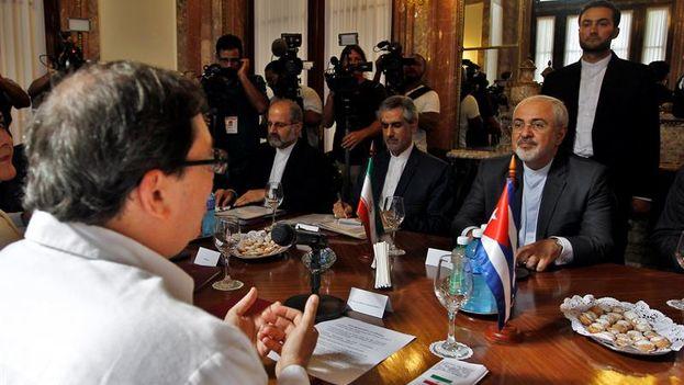 El ministro de Asuntos Exteriores de Irán, Mohammad Javad Zarif, a la derecha, en su reunión este lunes con el canciller de Cuba, Bruno Rodríguez, en La Habana. (EFE/Ernesto Mastrascusa)