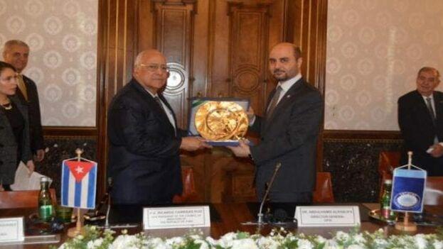 El pacto fue suscrito por el viceministro primero del Comercio Exterior y la Inversión Extranjera de la Isla, Antonio Carricarte, y el director general del OFID, Abdulhamid Alkhalifa. (EFE)